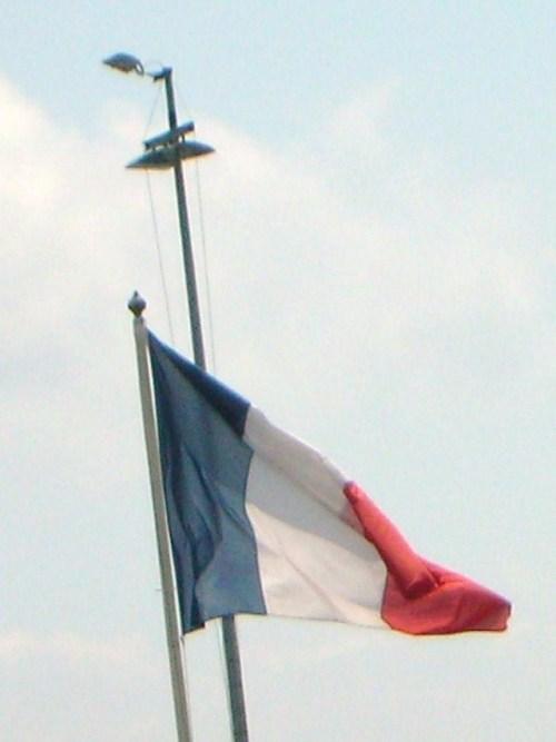 le drapeau au port